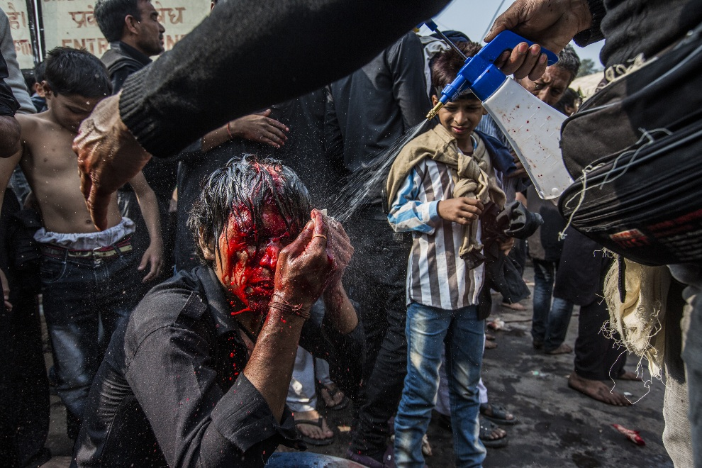 7.INDIE, New Dlhi, 25 listopada 2012: Mężczyzna obmywa swoją twarz po rytualnym samookaleczeniu. (Foto: Daniel Berehulak/Getty Images)