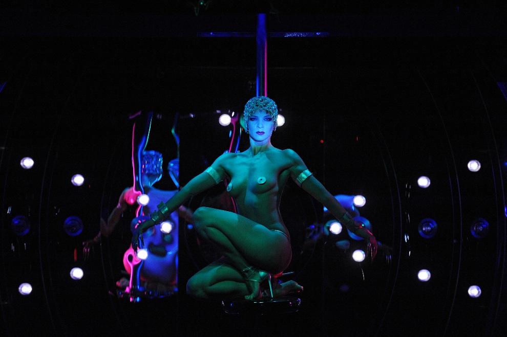8.FRANCJA, Paryż, 14 września 2009: Występ tancerki na scenie kabaretu Crazy Horse. AFP PHOTO FRANCK FIFE