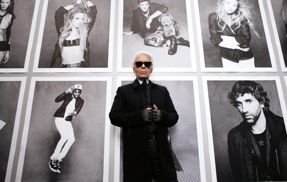 """8.FRANCJA, Paryż, 8 listopada 2012: Karl Lagerfeld przed otwarciem wystawy fotografii """"Little Black Jacket"""" zorganizowanej w Grand Palais. AFP PHOTO PATRICK   KOVARIK"""
