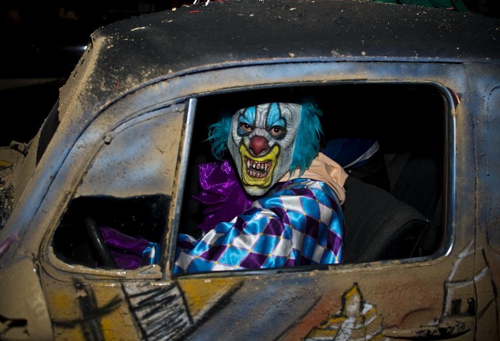 8.MEKSYK, Mexico City, 31 października 2012: Mężczyzna w stroju klauna Halloween. AFP PHOTO / RONALDO SCHEMIDT