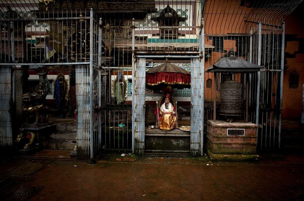 8.NEPAL, Lalitpur, 13 listopada 2012: Kumari Samita Bajracharya (10 lat) siedzi na tronie w oczekiwaniu na przybycie wyznawców z klasztoru Ratnakar Bihar.   EPA/NARENDRA SHRESTHA Dostawca: PAP/EPA.