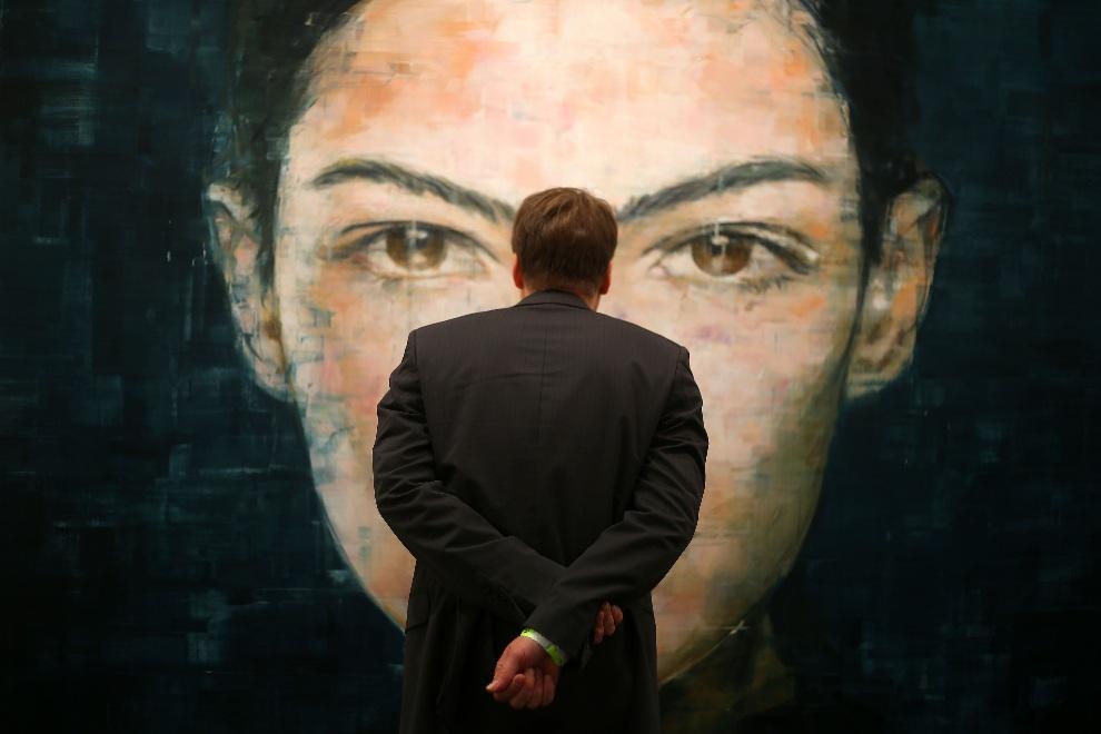 9.NIEMCY, Kolonia, 30 października 2012: Mężczyzna ogląda obraz Hardinga Meyera w galerii Voss. AFP PHOTO / OLIVER BERG GERMANY OUT