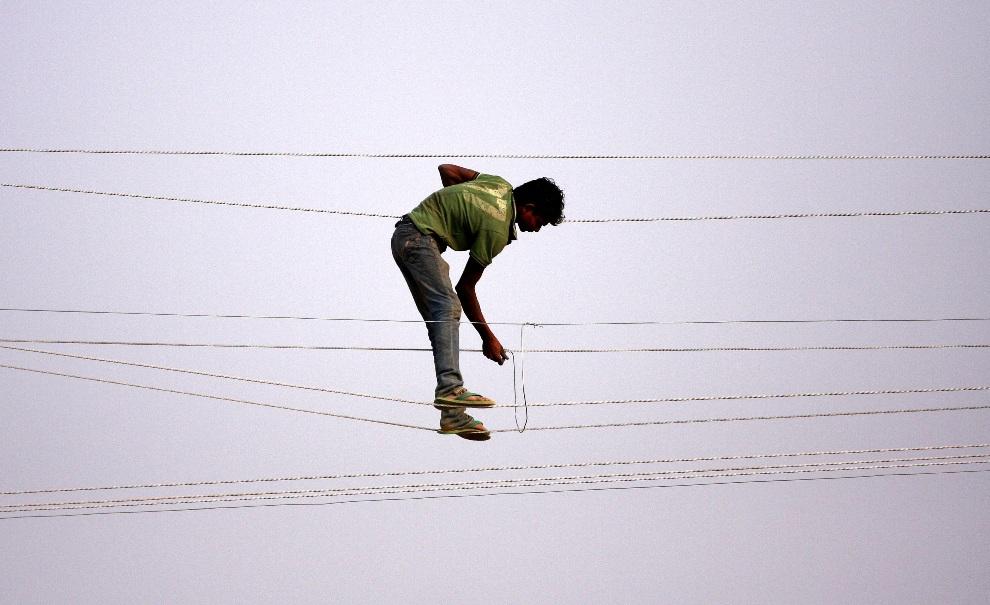 9.INDIE, Allahabad, 18 listopada 2012: Pracownik elektrowni usuwa usterkę fragmentu sieci elektrycznej. AFP PHOTO/ Sanjay KANOJIA