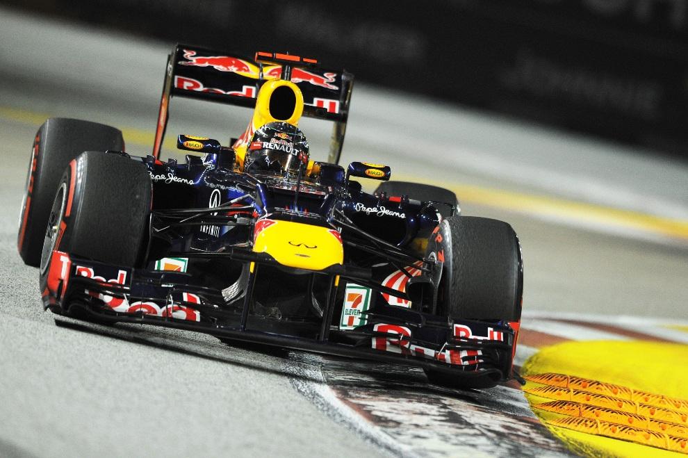 9.SINGAPUR, 23 września 2012: Sebastian Vettel, kierowca zespołu Red Bull-Renault, wchodzi w zakręt podczas wyścigu. AFP PHOTO / ROMEO GACAD