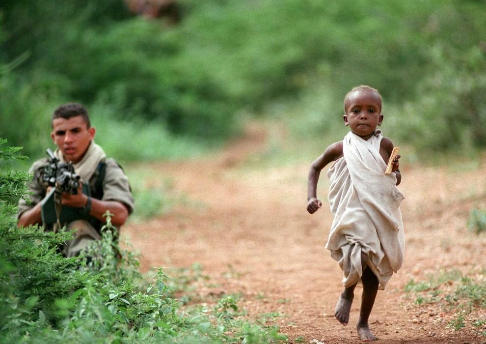 10.SOMALIA, Baidoa, 17 grudnia 1992: Dziecko biegnące w kierunku konwoju z pomocą humanitarną. AFP PHOTO