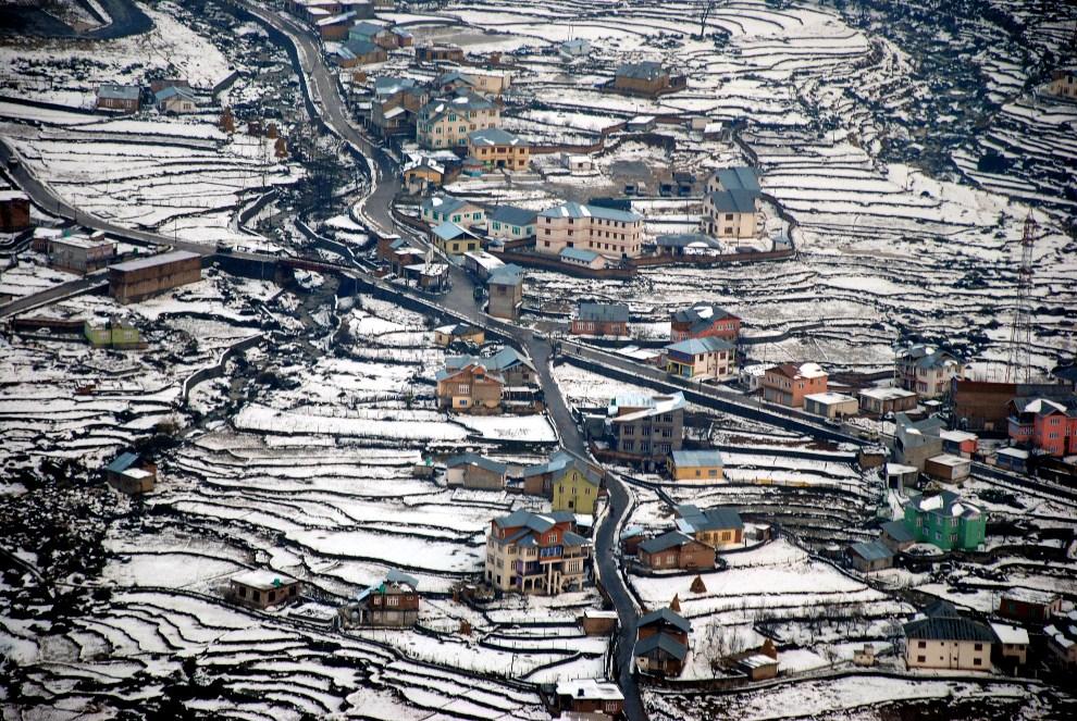 10.INDIE, Dolina Bhaderwah, 16 grudnia 2012: Panorama doliny przysypanej śniegiem. AFP PHOTO/STR