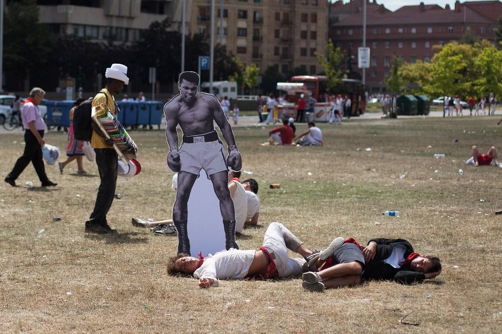 10.HISZPANIA, Pampeluna, 8 lipca 2012: Stand z wizerunkiem Muhammada Ali zostawiony przez ulicznego artystę obok śpiących uczestników zabawy. (Foto: Pablo   Blazquez Dominguez/Getty Images)