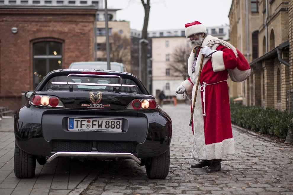 10.NIEMCY, Berlin, 1 grudnia 2012: Mężczyzna w stroju Mikołaja opuszcza spotkanie ze studentami. (Foto: Carsten Koall/Getty Images)