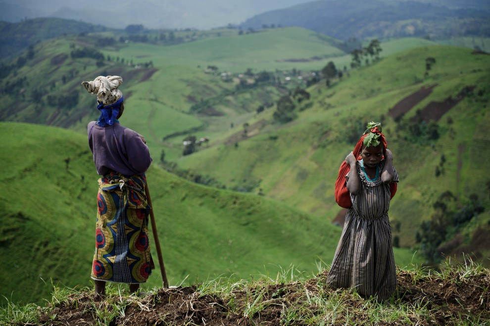 11.REPUBLIKA KONGA, Mushaki, 29 listopada 2012: Kobiety na wzgórzu nad miejscowością Mushaki. AFP PHOTO/PHIL MOORE