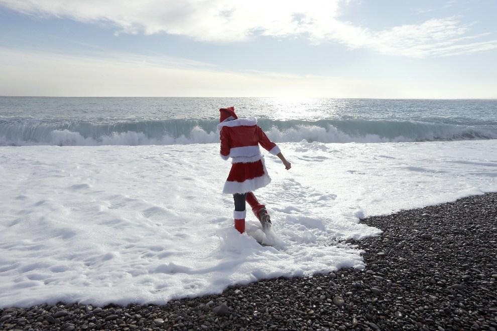 "11.FRANCJA, Nicea, 15 grudnia 2012: Członkini ""CAFT"" (eng. The Coalition to Abolish the Fur Trade), podczas protest na plaży w Nicei. AFP PHOTO / VALERY HACHE"