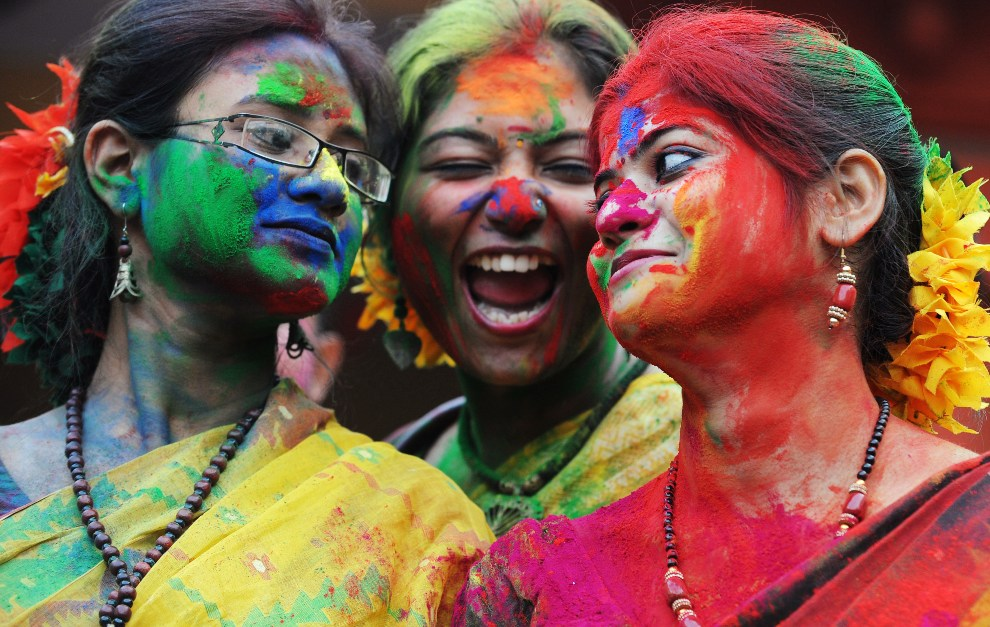 12.INDIE, Kalkuta, 6 marca 2012: Studentki bawiące się podczas święta Holi. AFP PHOTO / Dibyangshu SARKAR