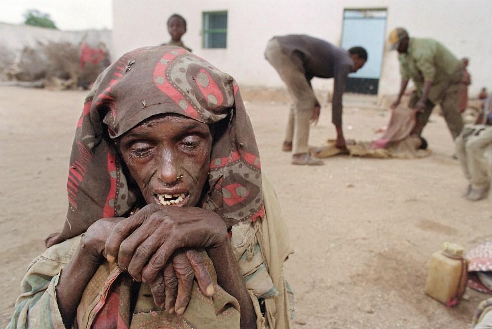 12.SOMALIA, Baidoa, 9 września 1992: Kobieta płacząca nad śmiercią dziecka, którego ciało zabierane jest przez pracowników Czerwonego Półksiężyca.  AFP PHOTO