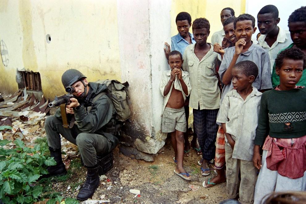 13.SOMALIA, Mogadiszu, 10 grudnia 1992: Snajper z Legii Cudzoziemskiej otoczony przez dzieci.   AFP PHOTO