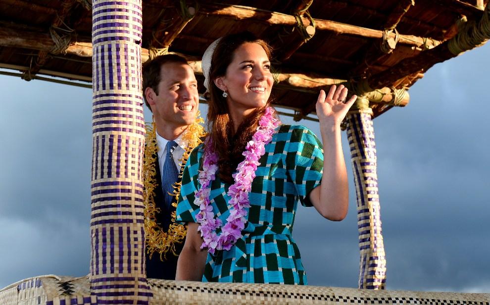 13. WSYPY SALOMONA, HONIARA, 16 września 2012: Książę William z żoną podczas wizyty na Wyspach Salomona. AFP PHOTO/William WEST