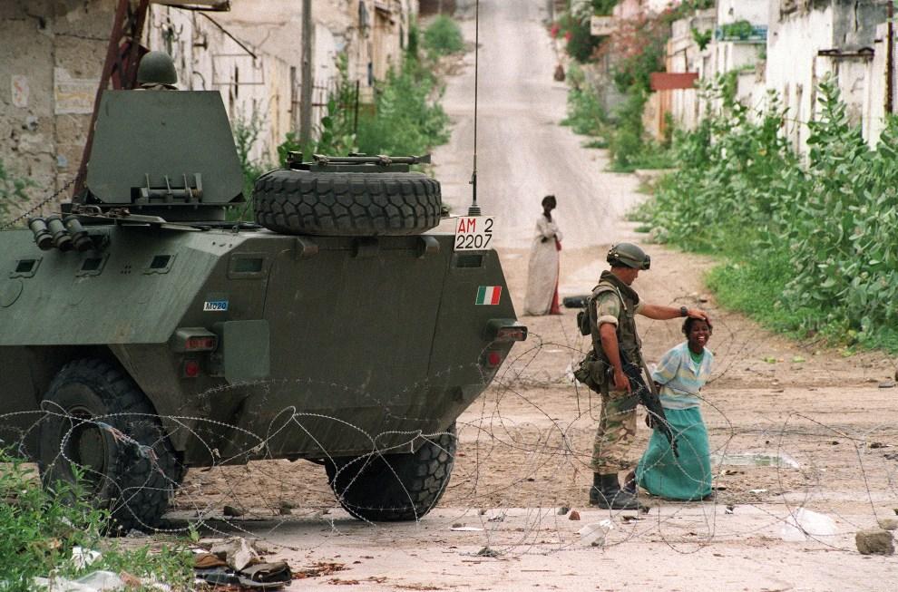 14.SOMALIA, Mogadiszu, 18 czerwca 1993: Somalijka w towarzystwie włoskiego żołnierza z sił ONZ.  AFP PHOTO