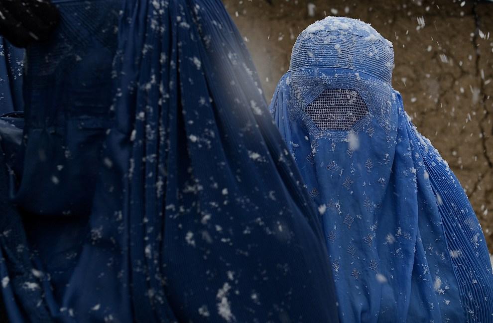 14. AFGANISTAN, Kabul, 27 grudnia 2012: Kobiety z prowincji Helmand w obozie dla uchodźców. AFP PHOTO/ SHAH Marai