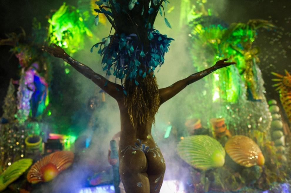 14.BRAZYLIA, Sao Paulo, 18 lutego 2012: Tancerka  ze szkoły Rosas de Ouro podczas występu. AFP PHOTO /YASUYOSHI CHIBA