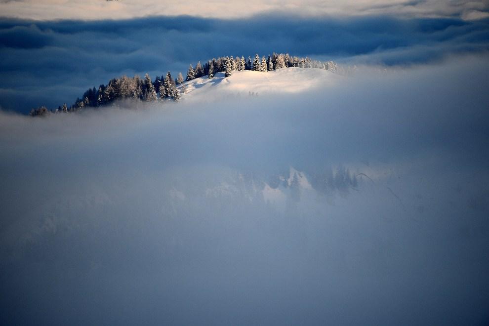 14.WŁOCHY, Alta Badia, 16 grudnia 2012: Dolomity osłonięte mgłą. AFP PHOTO / OLIVIER MORIN