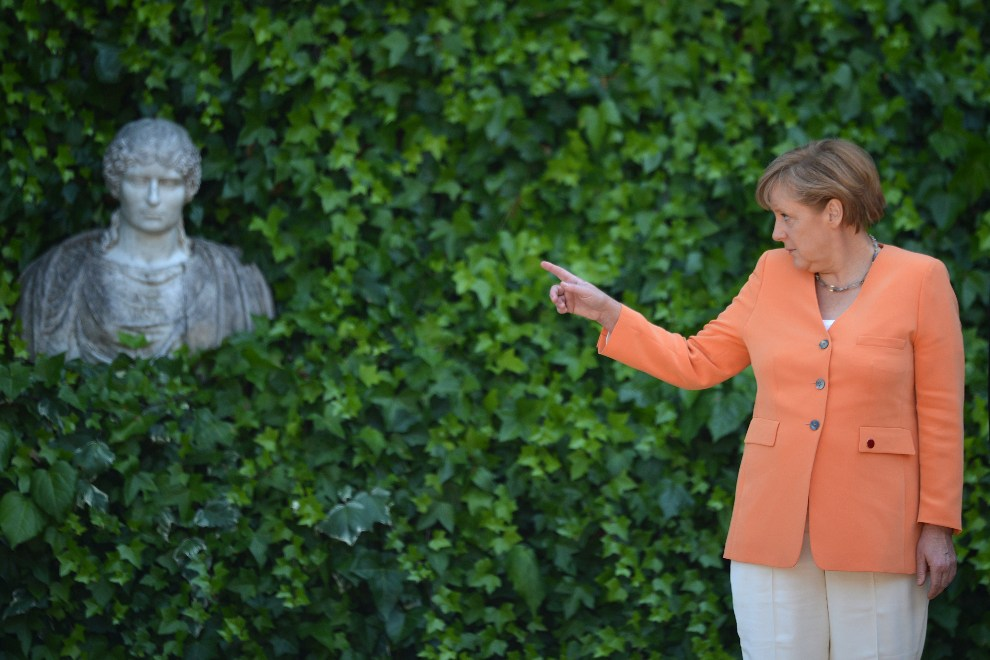 15.WŁOCHY, Rzym, 4 lipca 2012: Angela Merkel witana przez premiera Włoch przed spotkaniem w sprawie trwającego kryzysu w strefie Euro. AFP PHOTO / GABRIEL BOUYS