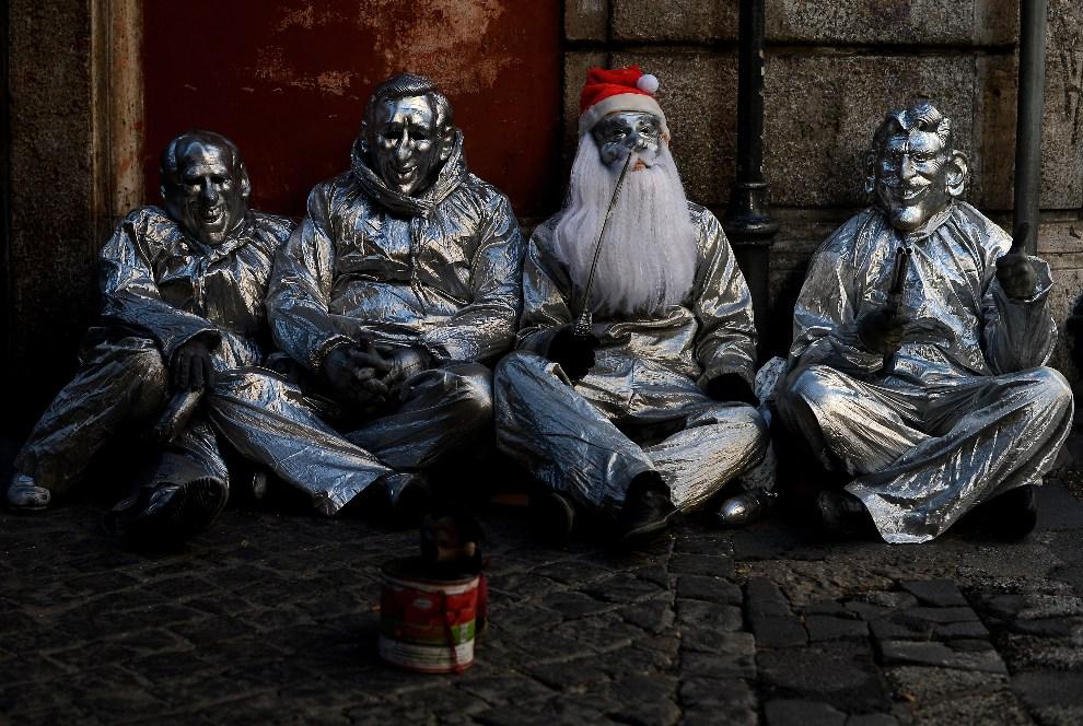 15.WŁOCHY, Rzym, 19 grudnia 2012: Uliczni żebracy w centrum Rzymu. AFP PHOTO/ Filippo MONTEFORTE