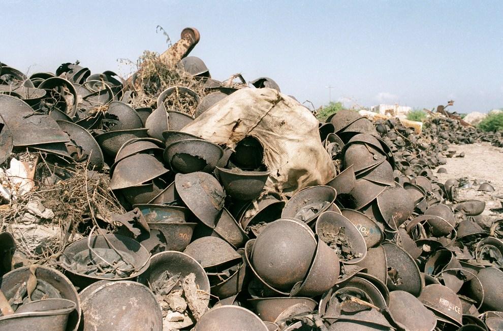 16.SOMALIA, Mogadiszu, 25 stycznia 1993: Hełmy somalijskich żołnierzy, którzy zginęli w czasie wojny domowej. AFP PHOTO JOEL ROBINE