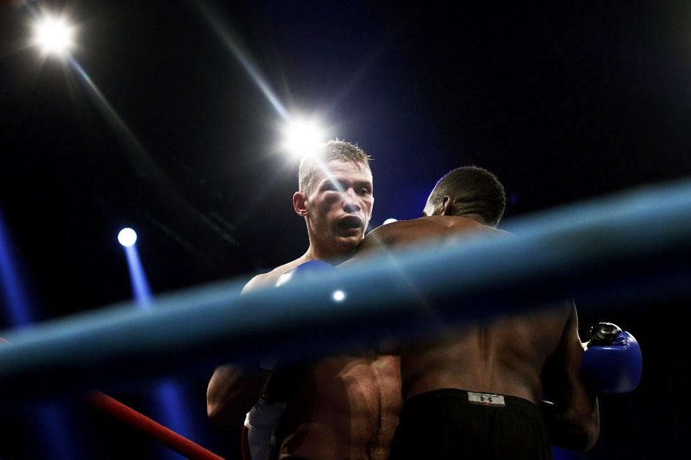 16.GRECJA, Ateny, 15 grudnia 2012: Walka bokserska z udziałem Artura Kyszenko (Ukraina; po lewej) i Murthela Groenharta (Holandia; po prawej).  AFP PHOTO /   Angelos Tzortzinis