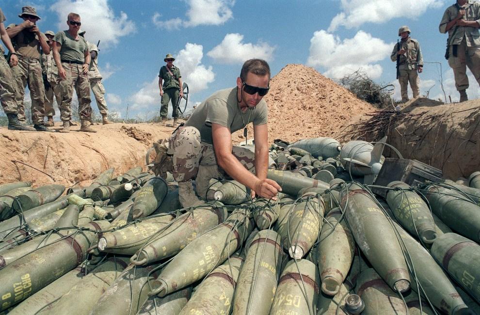 17.SOMALIA, Mogadiszu, 21 lutego 1993: Amerykański żołnierz przygotowuje się do zniszczenia składu odzyskanej amunicji.  AFP PHOTO
