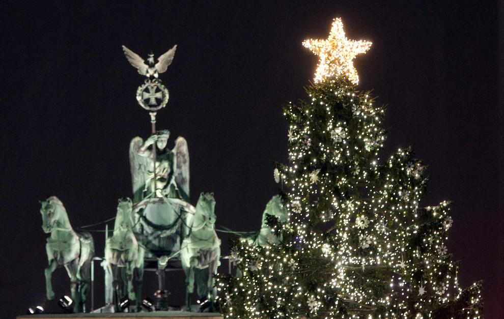 17.NIEMCY, Berlin, 9 grudnia 2012: Choinka na tle bramy Brandenburskiej. AFP PHOTO / Jörg Carstensen