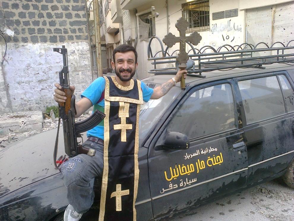 17.SYRIA, Homs, 25 czerwca 2012:  Mężczyzna w pobliżu zniszczonej świątyni wyznawców Asyryjskiego Kościoła Wschodu. AFP PHOTO/SHAAM NEWS NETWORK