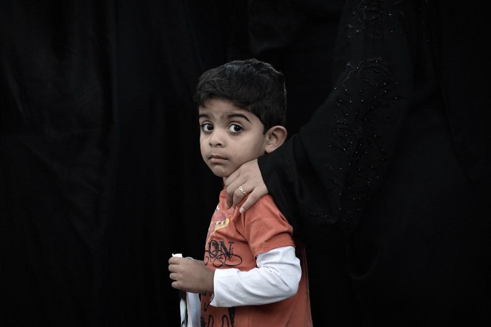 18.BAHRAJN, Malikiya, 4 grudnia 2012: Chłopiec uczestniczący w manifestacji wspierającej więźniów politycznych. AFP PHOTO/MOHAMMED AL-SHAIKH