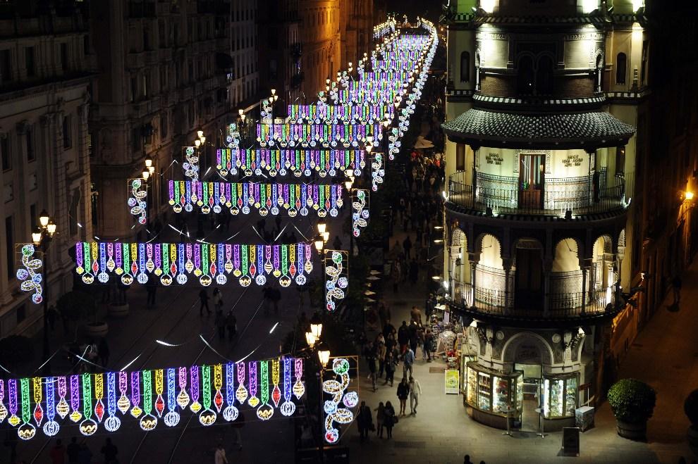 18.HISZPANIA, Sewilla, 5 grudnia 2012: Ulica w Sewilli w świątecznej dekoracji. AFP PHOTO / CRISTINA QUICLER