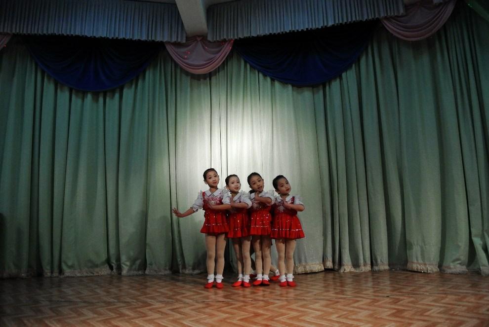 18.KOREA PÓŁNOCNA, Siniuju, 15 grudnia 2012: Występ dziewczynek  w szkole dla pielęgniarek.  AFP PHOTO / WANG ZHAO