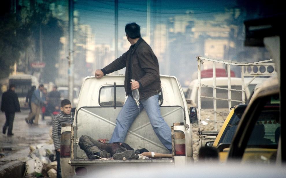 20.SYRIA, Aleppo, 6 grudnia 2012: Ranny rebeliant przewożony do szpitala. AFP PHOTO / ODD ANDERSEN