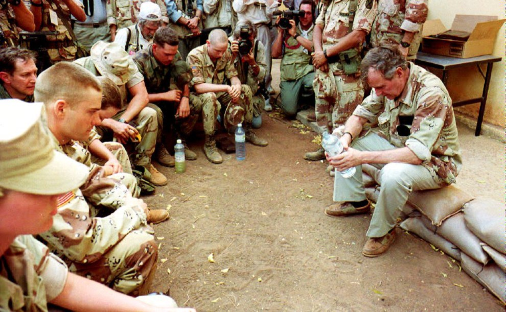 19.SOMALIA, Baledogle, 1 stycznia 1993: Prezydent George Bush w trakcie modlitwy z żołnierzami. AFP PHOTO