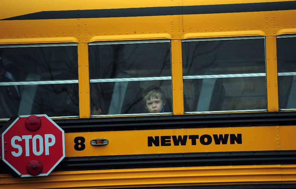 19.USA, Newtown, 18 grudnia 2012: Dziecko w oknie szkolnego autobusu. AFP PHOTO/EMMANUEL DUNAND
