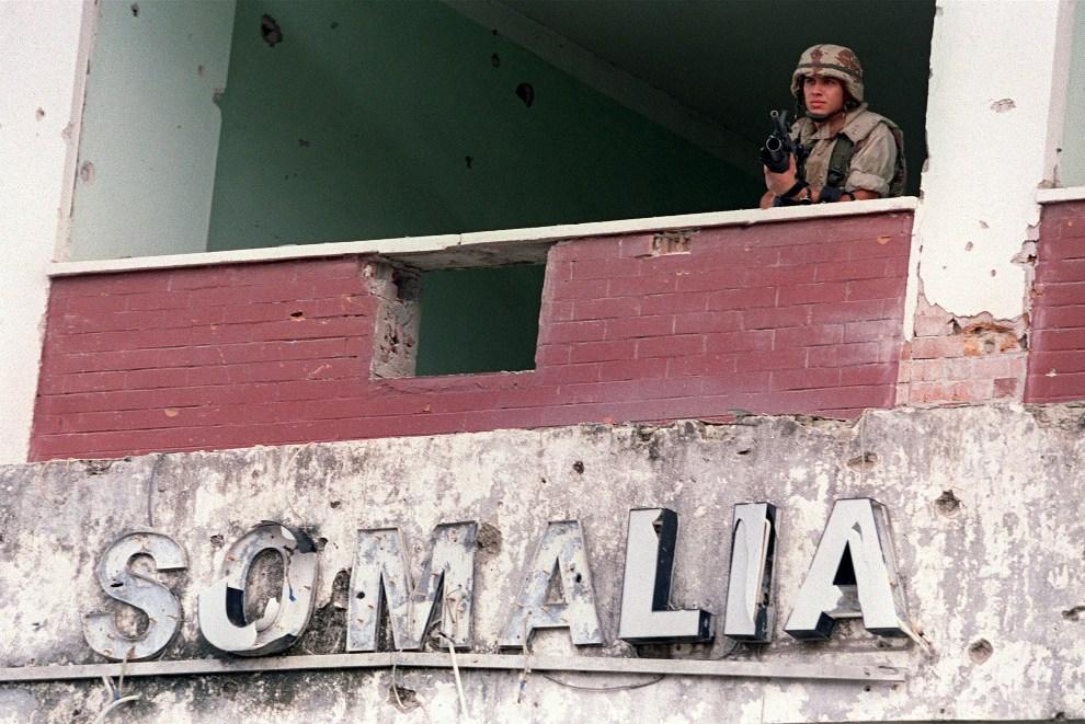 1.SOMALIA, Mogadiszu, 6 stycznia 1993: Amerykański żołnierz w oknie budynku  w stolicy kraju. AFP PASCAL PAVANI