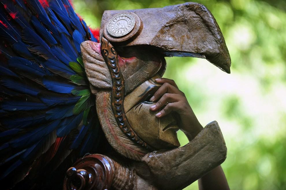 1.GWATEMALA, Peten, 20 grudnia 2012: Członek lokalnej grupy folklorystycznej w rytualnej masce. AFP PHOTO/Hector RETAMAL