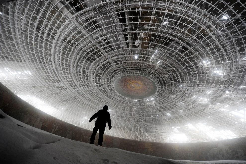 1.BUŁGARIA, Buzłudża, 14 marca 2012: Wnętrze budynku-pomnika wzniesionego przez komunistów na szczycie  Buzłudży. AFP PHOTO / DIMITAR DILKOFF