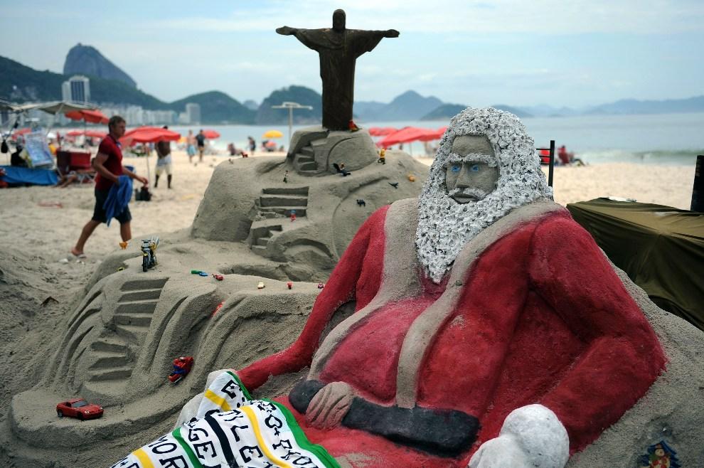 1.BRAZYLIA, Rio de Janeiro, 12 grudnia 2012: Copacabana i znajdujące się na niej rzeźby z piasku. AFP PHOTO /VANDERLEI ALMEIDA