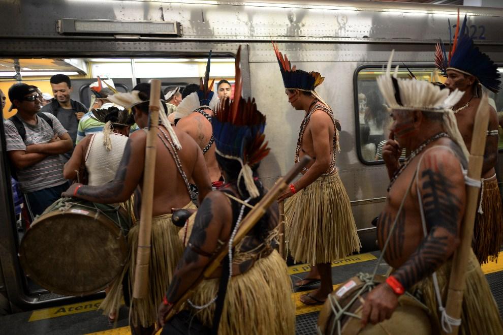 20.BRAZYLIA, Rio de Janeiro, 16 czerwca 2012: Rdzenni miekszańcy w tradycyjnych strojach na stacji metra. AFP PHOTO / Christophe Simon