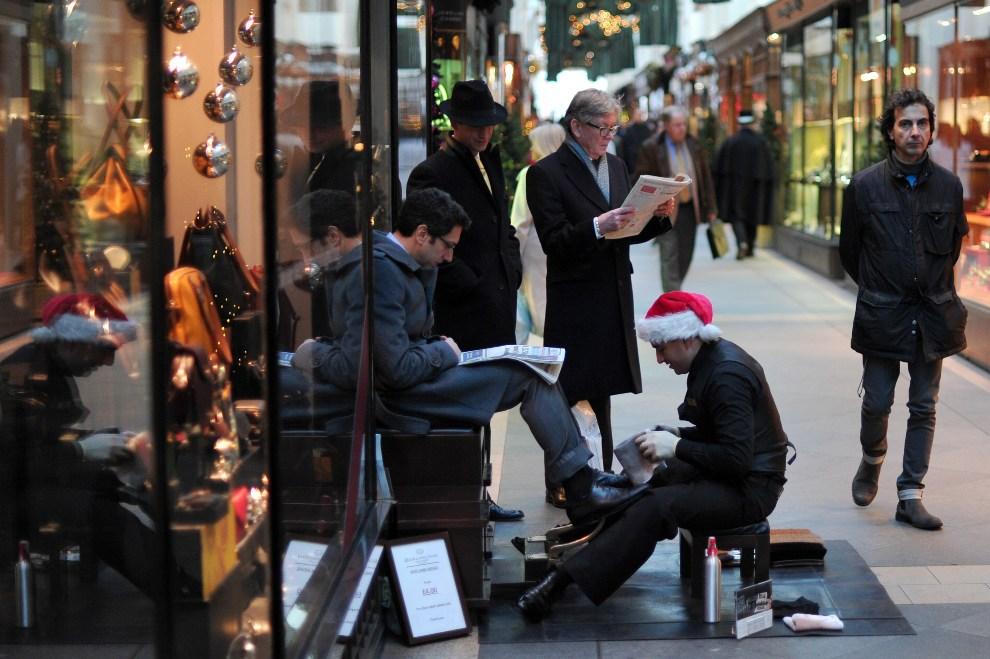 20.WIELKA BRYTANIA, Londyn, 17 grudnia 2012: Pucybut w centrum Londynu. AFP PHOTO / CARL COURT