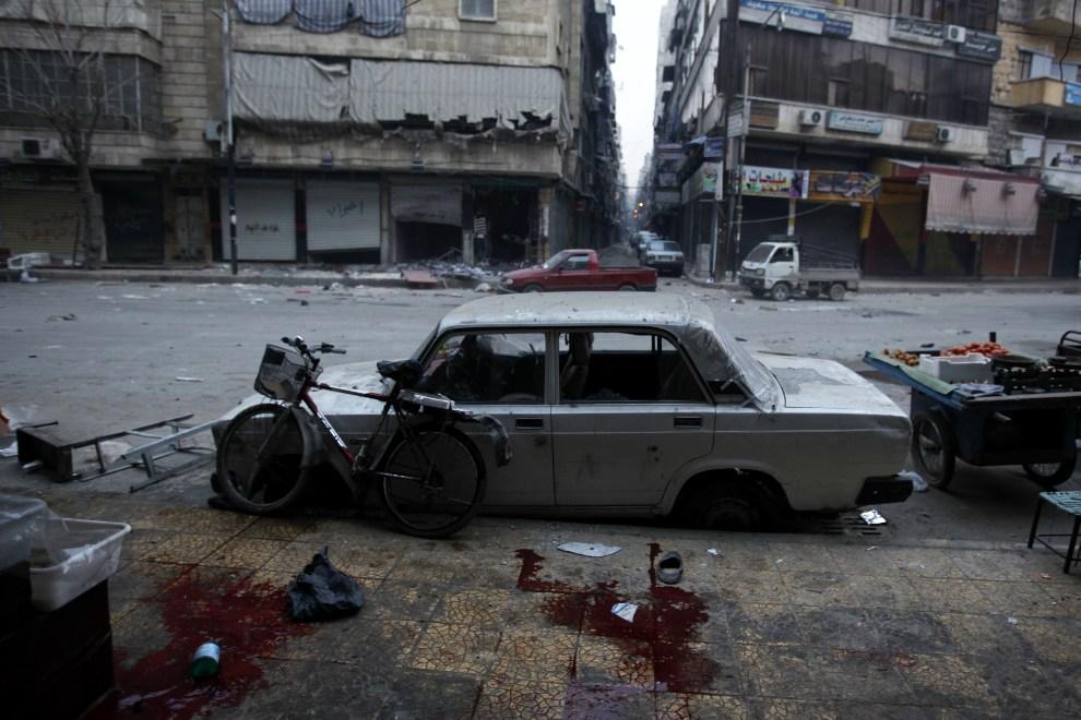 21.SYRIA, Aleppo, 3 grudnia 2012: Ulica w Aleppo po ostrzale moździerzowym. AFP PHOTO/JAVIER MANZANO