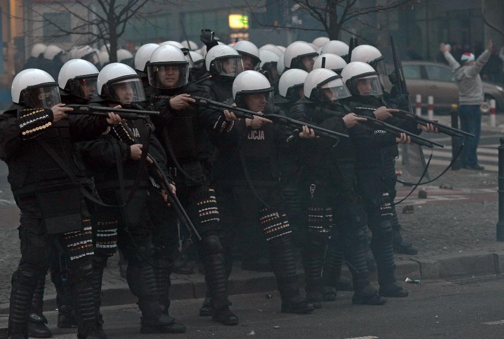 20. POLSKA, Warszawa, 11 listopada 2012: Grupa policjantów podczas starć w dniu Święta Niepodległości. AFP PHOTO/JANEK SKARZYNSKI