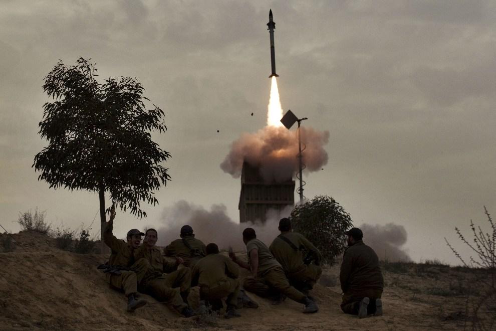 21.IZRAEL, Beer-Szeba, 12 marca 2012: Izraelscy żołnierze przyglądają się rakietom odpalanym z wyrzutni Iron Dome. AFP PHOTO/MENAHEM KAHANA