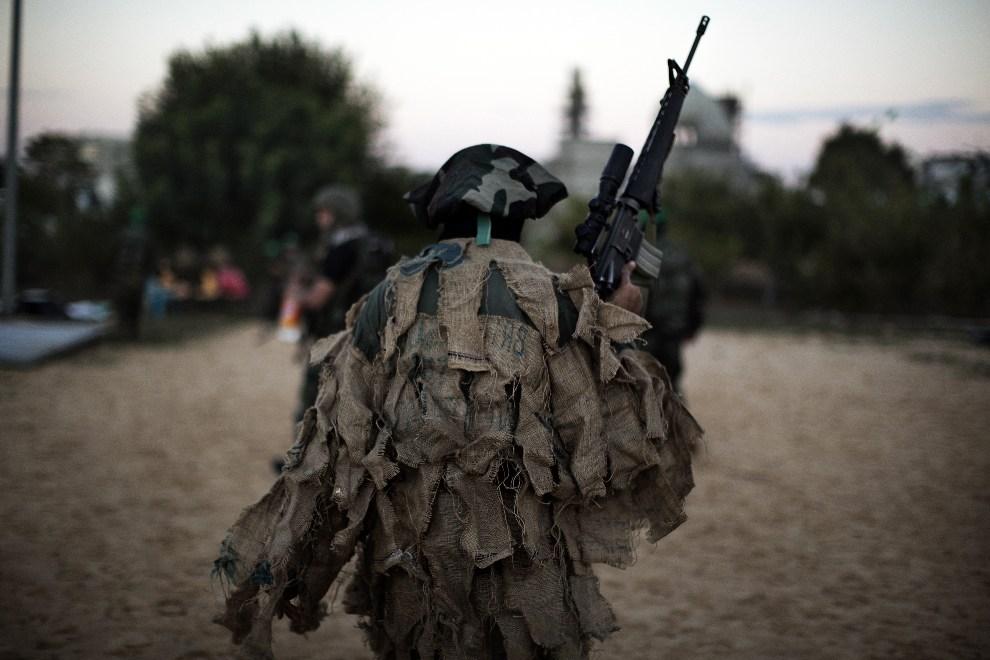 22.STREFA GAZY, Bajt Hanun, 6 grudnia 2012: Palestyński bojownik z ugrupowania Ezzedine al-Qassam. AFP PHOTO/MARCO LONGARI