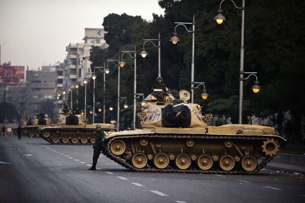 21.EGIPT, Kair, 13 grudnia 2012: Czołgi rozlokowane przed pałacem prezydenckim. AFP PHOTO/GIANLUIGI GUERCIA