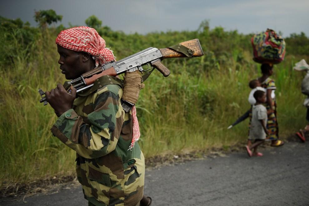 21.  REPUBLIKA KONGA, Sake, 22 listopada 2012: Rebeliant z ugrupowania M23 maszeruje w kierunku Sake. AFP PHOTO/PHIL MOORE