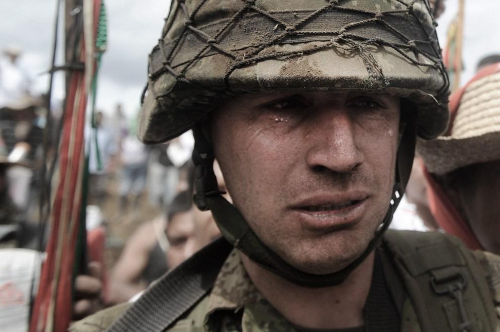22.KOLUMBIA, Toribio, 17 lipca 2012: Sierżant Rodrigo Garcia płacze opuszczając posterunek, z którego przepędziła żołnierzy lokalna ludność. AFP PHOTO/Luis ROBAYO
