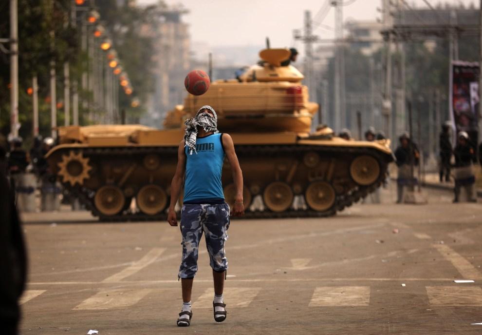 22.EGIPT, Kair, 14 grudnia 2012: Przeciwnik urzędującego prezydenta na tle czołgów gwardii. AFP PHOTO/PATRICK BAZ