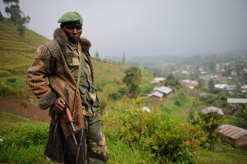 23.EMOKRATYCZNA REPUBLIKA KONGA, Bunagana, 23 lipca 2012: Rebeliant z ugrupowania M23 obserwujący okolicę. AFP PHOTO/PHIL MOORE